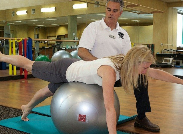 Заниматься специальными упражнениями рекомендуется с начала позднего периода до конца жизни