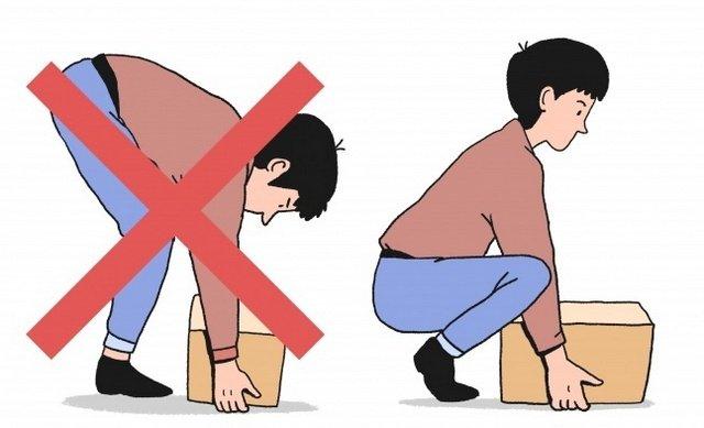 Необходимо правильно поднимать и опускать тяжелые предметы