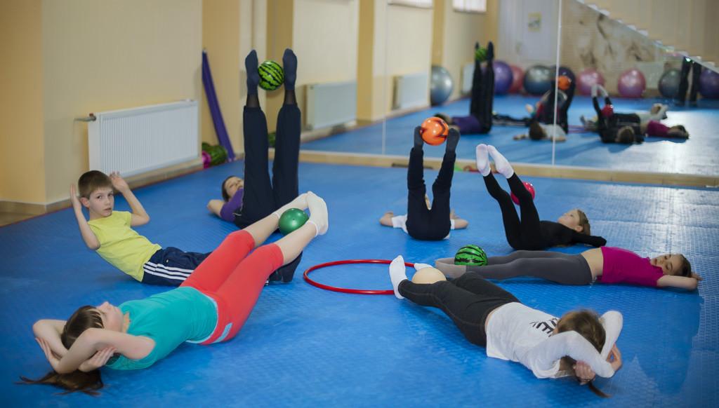 Комплекс упражнений подбирают с учетом возраста детей
