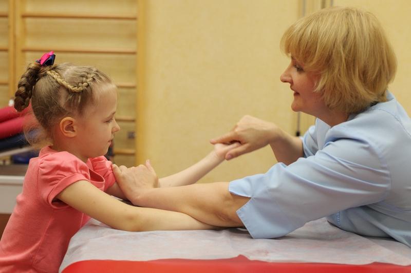 Назначать ЛФК и подбирать конкретный вид упражнений должен лечащий врач