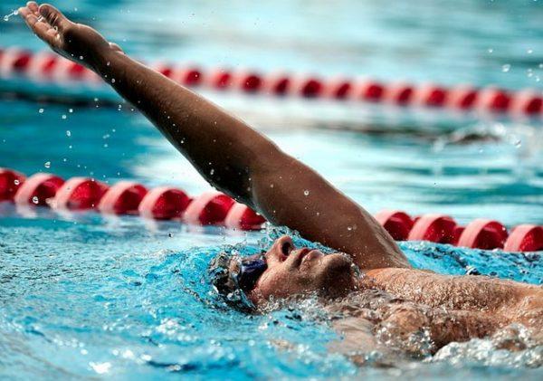 Плаваем на спине правильно