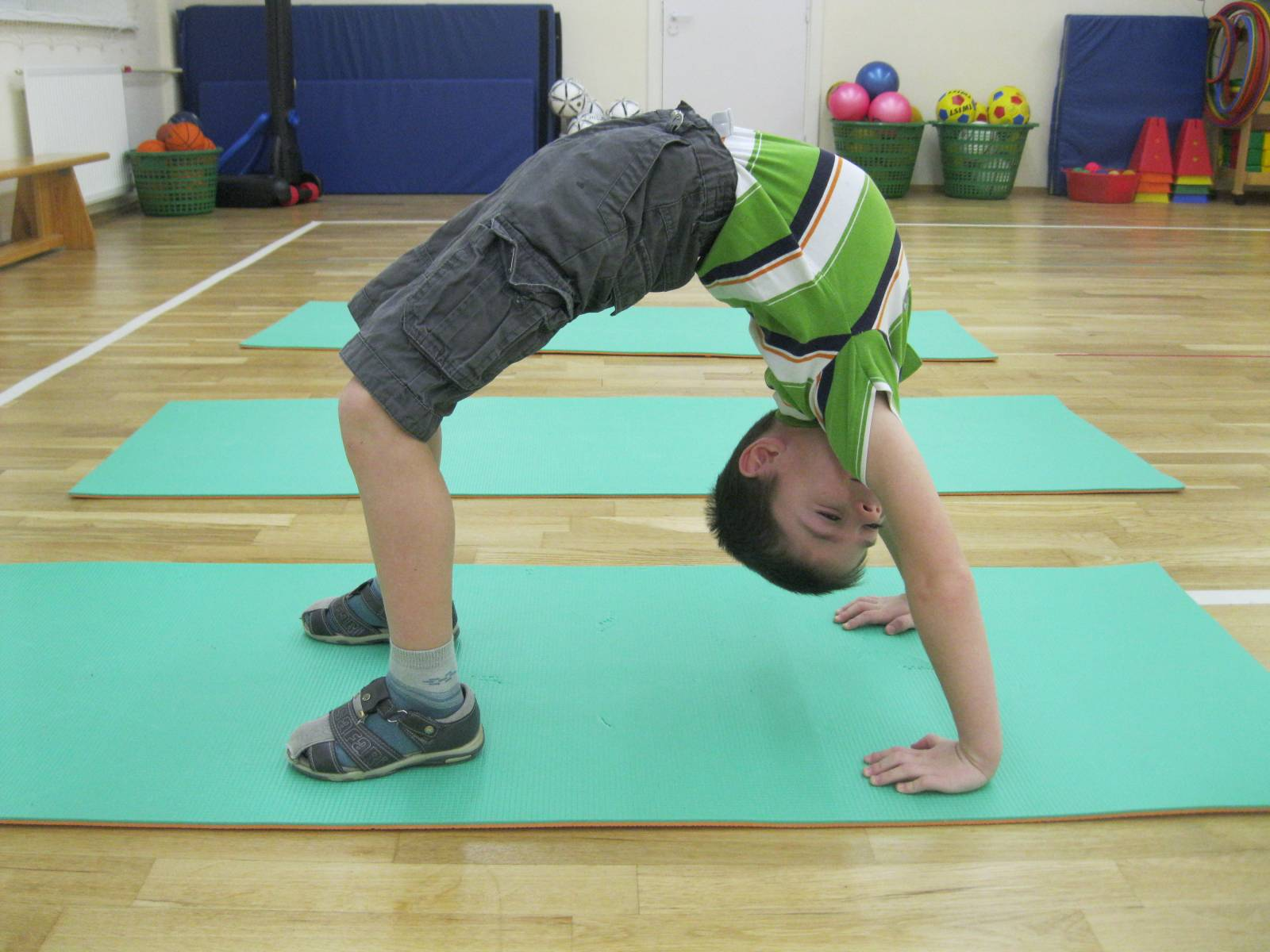 Такое упражнение детям со сколиозом делать нельзя