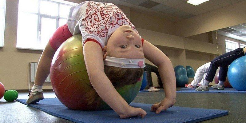 Упражнения проводят в зале с большим зеркалом