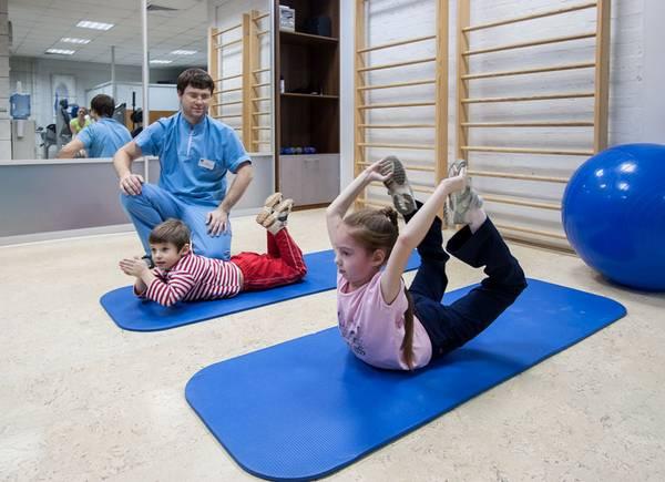 Упражнения способствуют выравниванию позвоночника