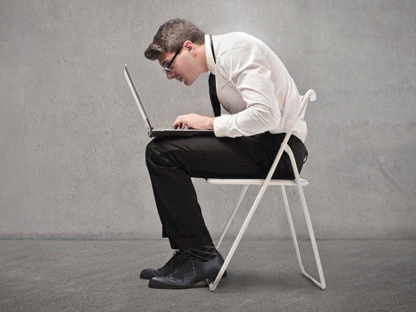 У большинства офисных работников рано или поздно появляются проблемы со спиной