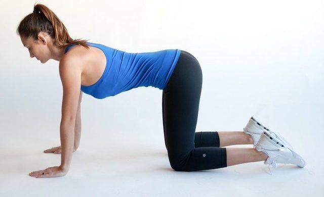 Выполняя упражнения из комплекса лечебной физкультуры, человек восстанавливает моторику рук и ног, подвижность тела и улучшает общее состояние организма