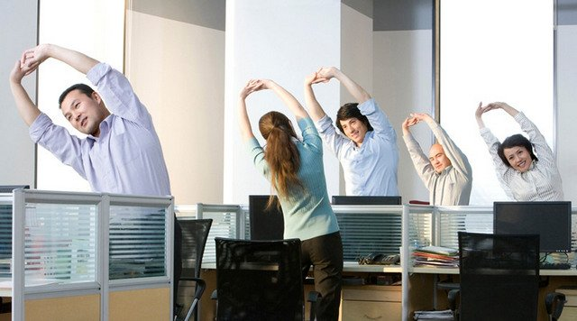 Даже находясь в офисе можно найти несколько минут для несложной разминки, и вашему позвоночнику будет намного легче