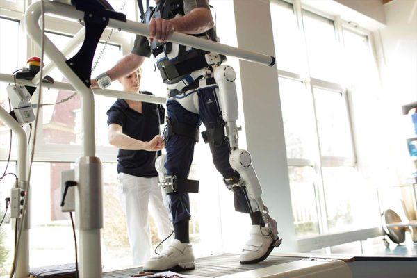 HAL-терапия. Используется в клиниках Германии и Японии. Позволяет улучшить подвижность пациента. Метод лечения замедляет атрофию мышц, но не влияет на темпы гибели мотонейронов и продолжительность жизни больного. HAL-терапия предполагает использование роботизированного костюма. Он воспринимает сигналы от нервов и усиливает их, заставляя мышцы сокращаться. В таком костюме человек может ходить и совершать все необходимые действия для самообслуживания.