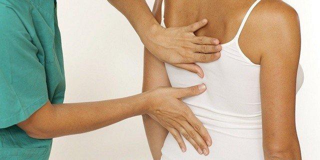 Обратитесь к врачу, который установит точный диагноз при болях между лопатками