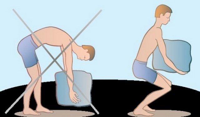 Поднимать тяжести нужно правильно, чтобы не травмировать спину