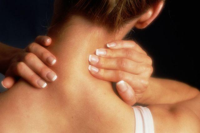 Горб на шее выделяется среди других подобных заболеваний разнообразием симптомов