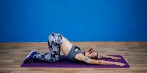 4. «Потягивающийся щенок», растягивающее мышцы спины упражнение