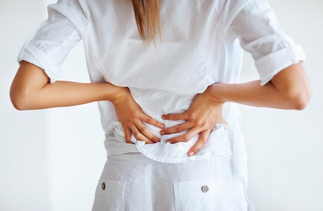 При сорванной спине пациент испытывает сильнейшие боли, которые ограничивают его движения
