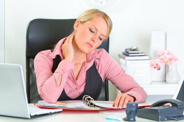 Боль в шее часто возникает у людей, занимающихся сидячей работой: например, у офисных работников, водителей, швей