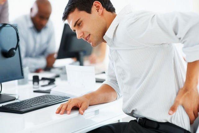 Долго находиться в сидячей позе очень опасно для позвоночника, тем более, если человек не занимается физкультурой