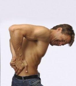 При болезни Бехтерева человек начинает испытывать боли сначала в пояснично-крестцовом отделе
