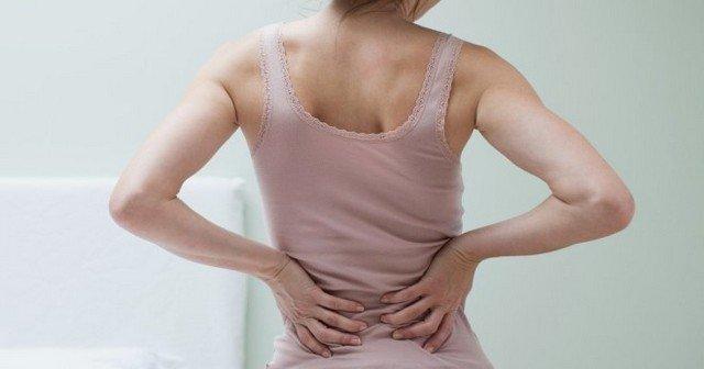 У больного анкилозирующим спондилитом мышцы вдоль позвоночника постоянно напряжены, что лишь усиливает боль