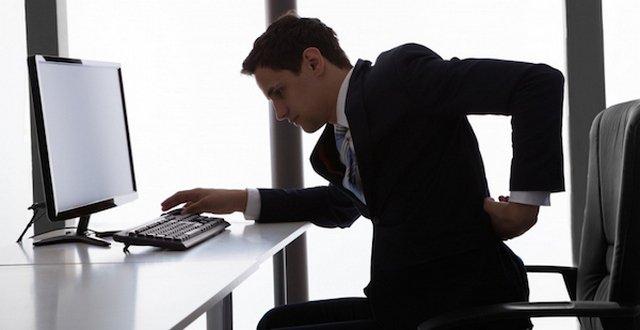 Сидячий образ жизни – частая причина появления заболеваний позвоночника, в том числе и хондроза в грудном отделе
