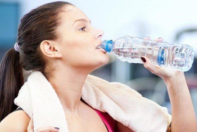 Очень важно пить много воды во время занятий упражнениями, потому что она способствует более быстрому обмену веществ
