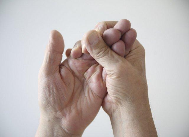 Нередко при грыже возникает онемение – явный симптом этой болезни и признак того, что она уже «запущена»