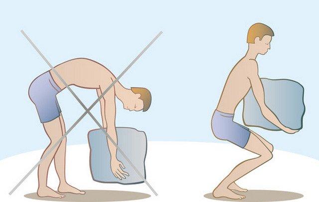 На изображении показано, как необходимо поднимать тяжелые предметы с земли, чтобы позвоночник не пострадал
