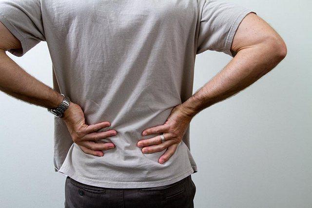 При защемленном чувствительном нерве человек страдает от сильных болей