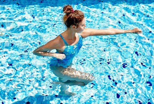 Плавание отлично поможет избавиться от боли в спине