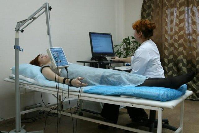 Электронейрография оценивает то, исходит ли от нервных корешков активность, и если её нет – то насколько сильно они повреждены