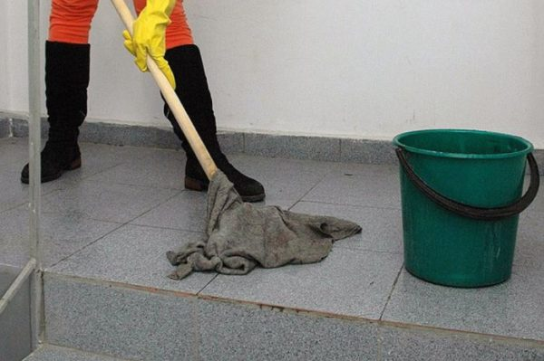 Для мытья пола используйте швабру