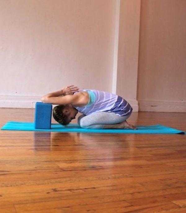 Упражнения на растяжку позвоночника помогут выровнять осанку