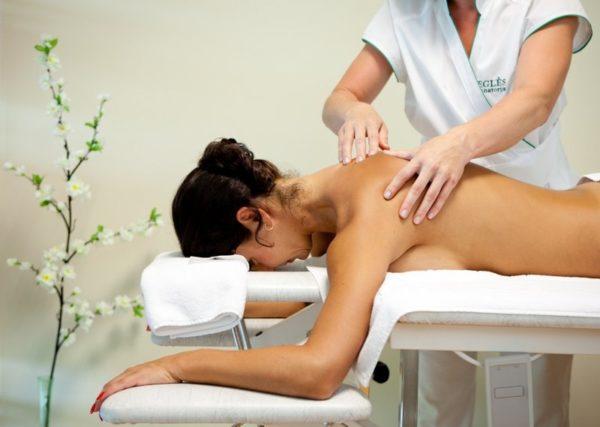 На сеанс лечебного массажа нельзя приходить с полным желудком