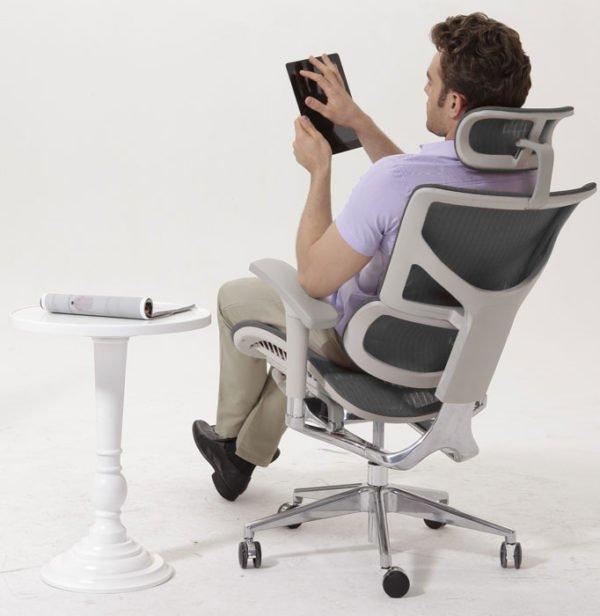 Ортопедическое кресло поддерживает позвоночник, спина меньше устает