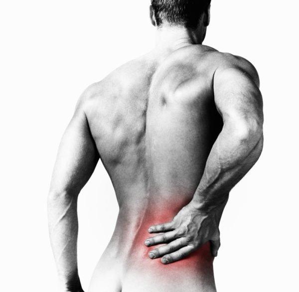 Пациенты с грыжей Шморля жалуются на ноющие боли в поясничном отделе позвоночника
