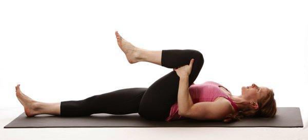 Подтягивание коленей поочередно