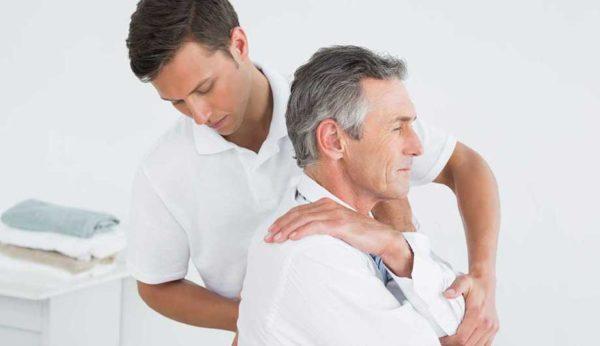 При длительной фиксации тела в одном положении, сидя или стоя, боль и хруст усиливаются