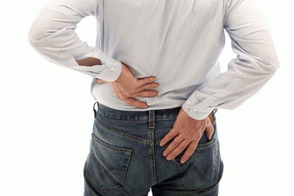 При синдроме конского хвоста присутствует явная боль в спине, отдающая в ягодицы и ноги