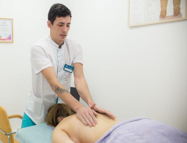 При третьей степени сколиоза массаж должен проводить только врач
