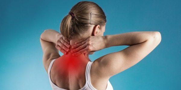 Проявление недуга состоит в болезненности верхней части туловища, онемением его частей