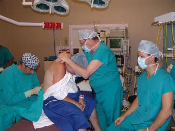 Реакцию организма исследует при помощи пробной инъекции интракутанно