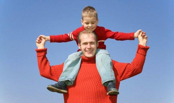 Ребенка лучше переносить на плечах
