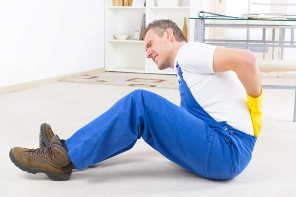 Резкая боль в спине из-за растяжения или разрыва связок, мышц