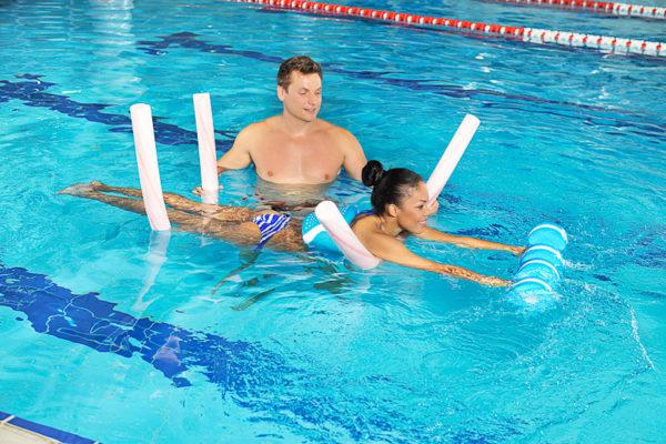 Существенную роль при выполнении лечебной гимнастики в бассейне играет уменьшение тяжести тела человека в воде под действием выталкивающей подъёмной силы воды