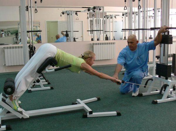 Сложность упражнений идет по возрастающей, постепенно увеличивается нагрузка, что дает положительный терапевтический эффект