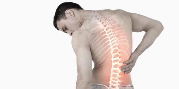 У людей с искривлением позвоночника часто возникают сильные боли в спине