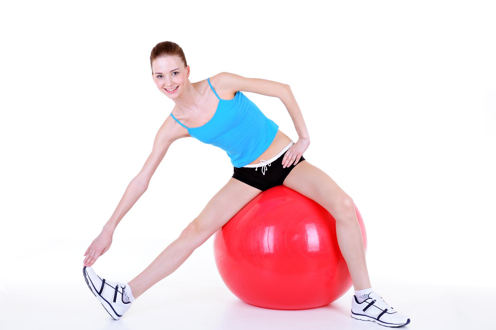 Упражнения для позвоночника на фитболе
