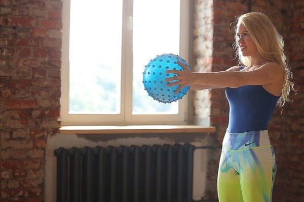 В руках можно удерживать массажный мяч