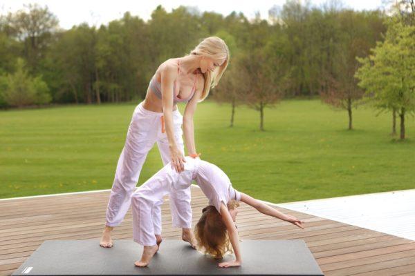 Восстановить упругость коллагеновых волокон с помощью гимнастики или фармакотерапии не представляется возможным, а потому задача человека с гипермобильностью суставов сводится к тому, чтобы максимально оберегать свой организм от потенциально травмирующих воздействий