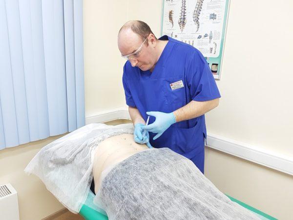 При проведении неопытным врачом, либо без должной доли аккуратности, возможно повреждение мягких тканей спины