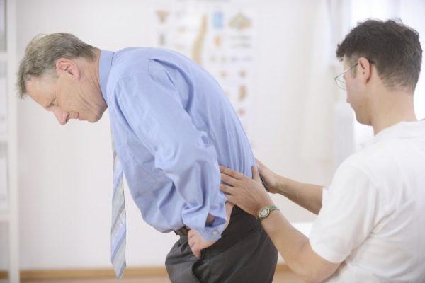 Боль в пояснице может свидетельствовать о проблемах с внутренними органами