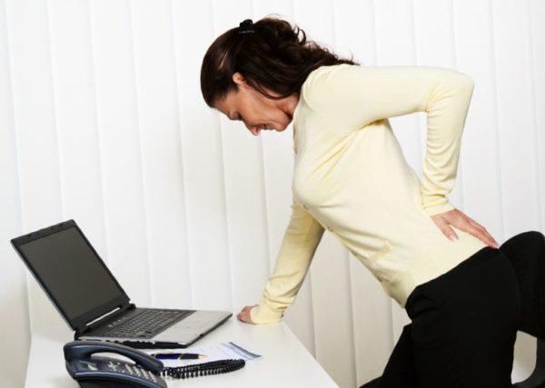 Боли в спине часто беспокоят офисных работников